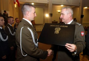 Uroczystość wręczenia patentów oficerskich i dyplomów ukończenia studiów